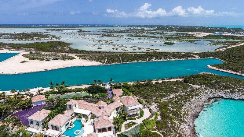 Providenciales heter den avskilda halvön som är en del av ögrupperna Turks och Caicos i norra Atlanten.