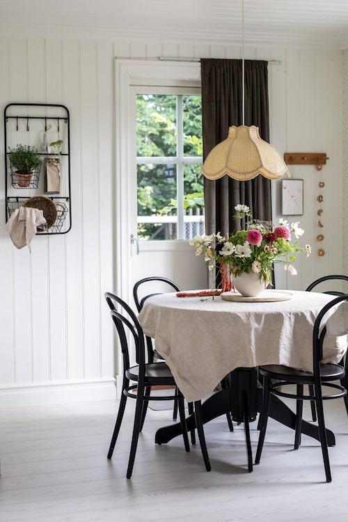 Stolarna runt matbordet är klassiska Thonetstolar, Rum 21. Över bordet hänger en rottinglampa fyndad på loppis. Vägghylla, Påpall.