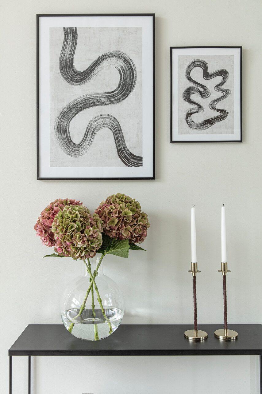 Angelica älskar hortensior och köper ofta hem färska blommor. Avlastningsbord, Mio. Vas Pallo, Skrufs Glasbruk. Ljusstakar, H&M Home. Tavlor, Desenio.