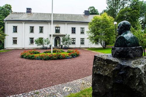 Nationalskalden Gustaf Frödings byst blickar ut över hans herrgård Alster.