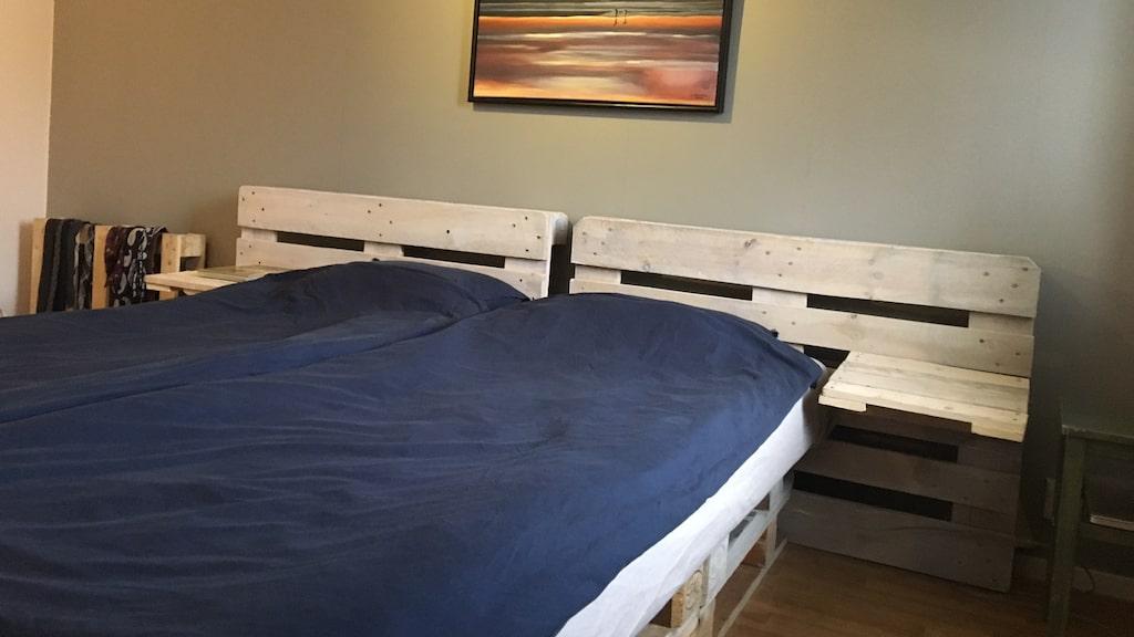 """Till och med sängen skänkte han bort. """"Jag har byggt allt jag behöver av lastpallar"""", säger Alee."""
