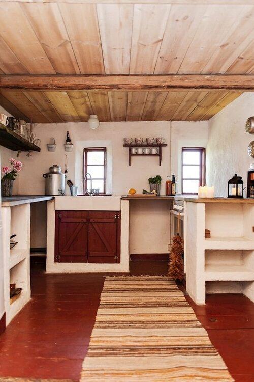 Köket är enkelt med platsbygd inredning.