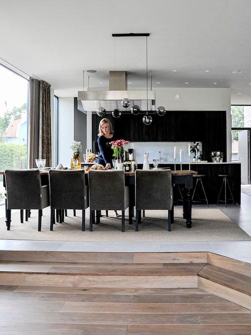Det generösa matbordet inbjuder till middagar med familj och vänner. Emelie lägger gärna ner extra tid på dukningen. Klädda stolar, Sits. Taklampa i metall och glas, Bolia. Matbord, Olsen & Jensen.