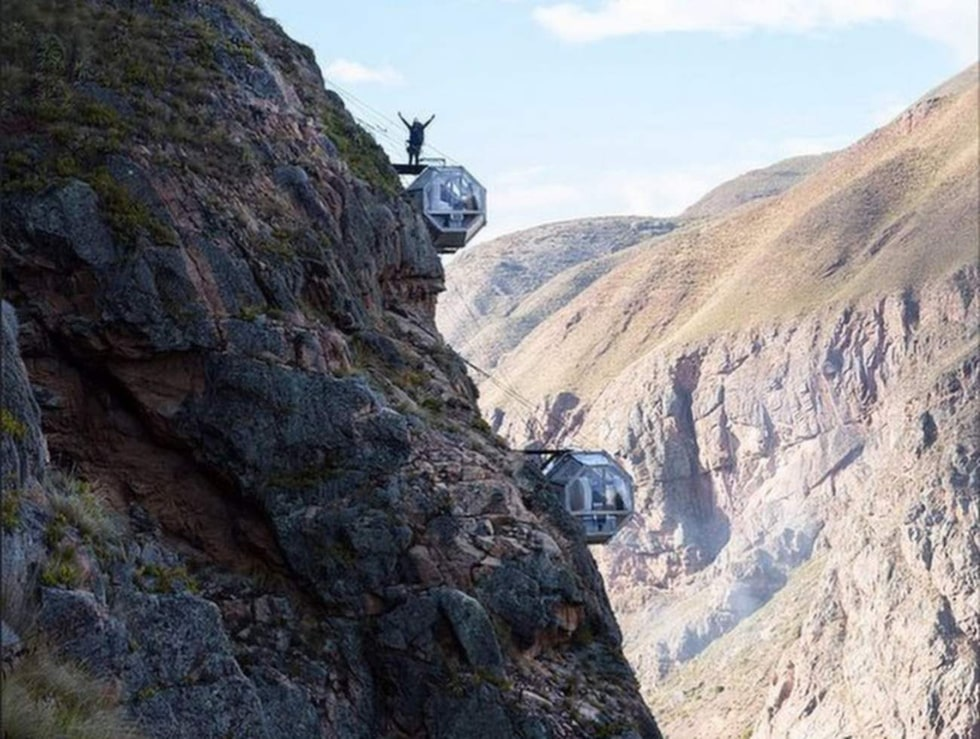 Hotellet, eller snarare övernattningsburarna, är byggda högt upp utmed en klippsida i ett bergsmassiv i Peru.