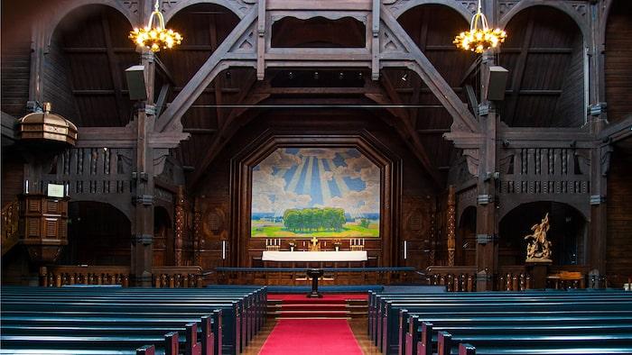 Interiören i Kiruna kyrka är helt i trä och altarväggen visar inget lidande, utan i stället en positiv solstrålebild av själve Prins Eugen, målad 1897.