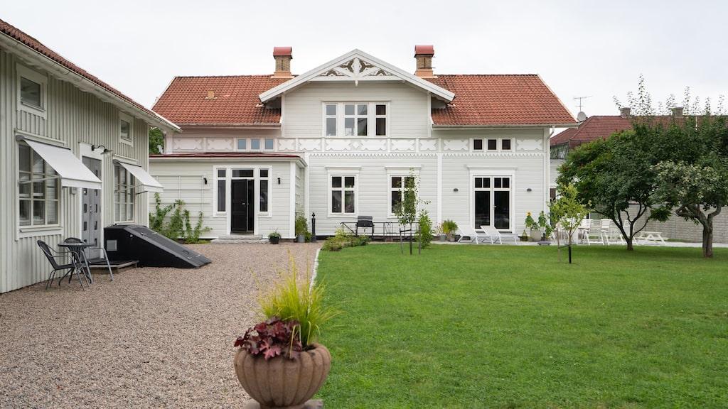 Den ståtliga villan i Värnamo. Till vänster syns gårdshuset vars ena halva hyrs ut till en reklambyrå, resterande yta renoveras till finsnickeri.