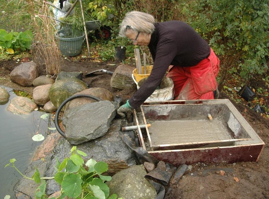 14. GJUTA MINIBASSÄNG Framåt hösten göts den lilla bassängen som pumpen skulle dra upp vattnet till.