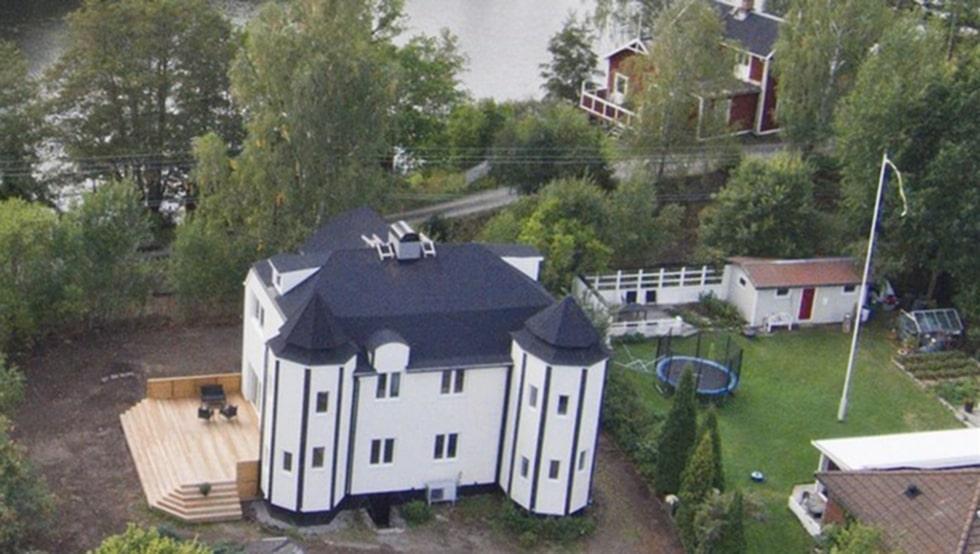 Den här villan i Skogstorp i Eskilstuna är kanske ett av de husen som sticker ut mest på Hemnet just nu.