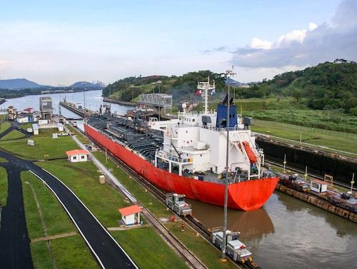 Panamakanalen är gränsen mellan Nord- och Sydamerika och förbinder Atlanten med Stilla havet.