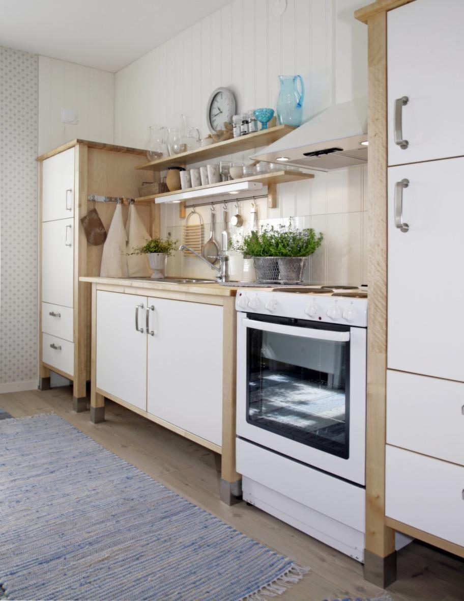Ett luftigt kök i lantlig stil med låga skåp, öppna hyllplan, nytt vackert golv och enkel pärlspontpanel utan att det kostar skjortan.
