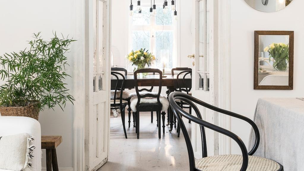 Pardörrarna är från Småland och stolen på kortänden är en Thonetstol.