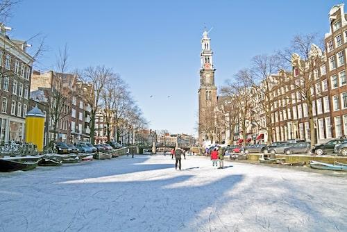 Amsterdam vintertid är påfallande avspänt och rymligt i jämförelse med under sommarmånaderna.
