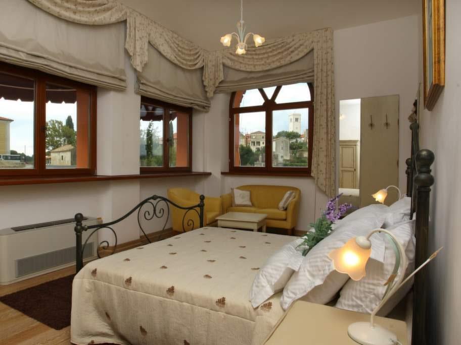Villa Angelica har sex eleganta sovrum, alla med fantastisk utsikt över omgivningarna.