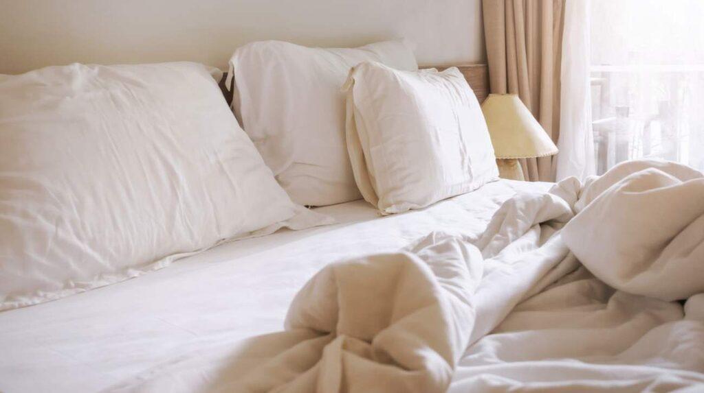 Genom att lämna sängen som den är på morgonen kommer antalet kvalster mellan dina lakan att minska.