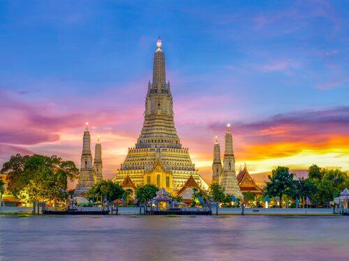 Gryningstemplet Wat Arun i Bangkok i solnedgången.