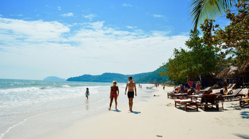 Bai Sao på östkusten är en halvmåneformad bukt med kritvit sand och turkosblå lagun omgiven av frodiga kullar.