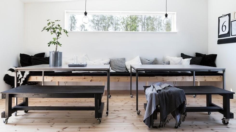 Matrummet är inrett med två separata bord med hjul som kan sättas ihop till ett stort. Längs hela långsidan löper en platsbyggd bänk utav furuplank. Bänken är djup så att man både kan sitta och ligga ner bekvämt, härliga kuddar pryder den.