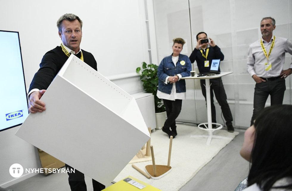 Ikeas vd jesper Brodin byggde ett skåp på under en minut, på Democratic design days i Älmhult, med nya klickmetoden.