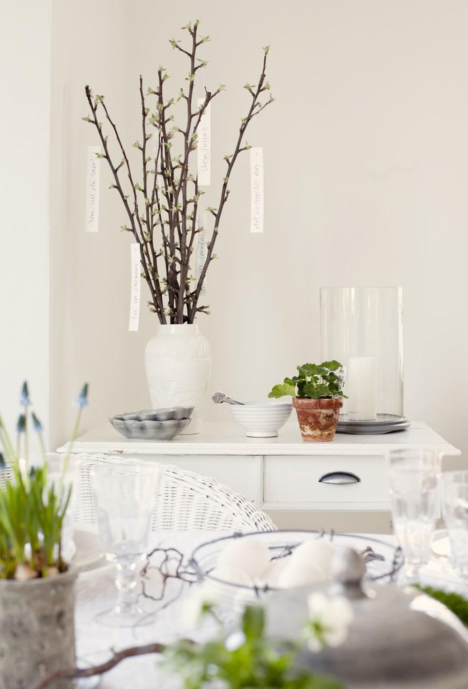 Trolskt tema. Efter en lång vinter är det lätt att finna inspiration av naturens under. Ta in det gröna och ställ på bordet i vackra vaser i varierande färg och form för en fantasifull dukning.