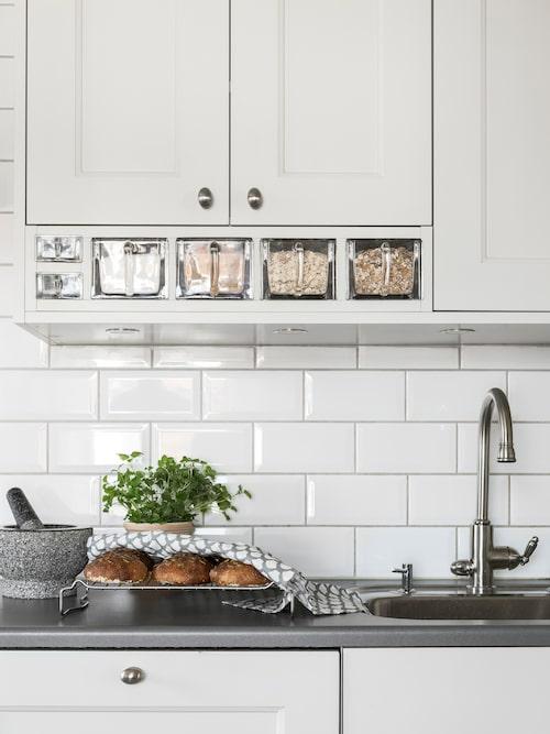 Köksskåpen är platsbyggda och tillverkade av snickeriet i Strömdal i Borås. Här finns charmiga lantliga detaljer, som klassiska redahyllor i glas. Mortel, Åhléns.