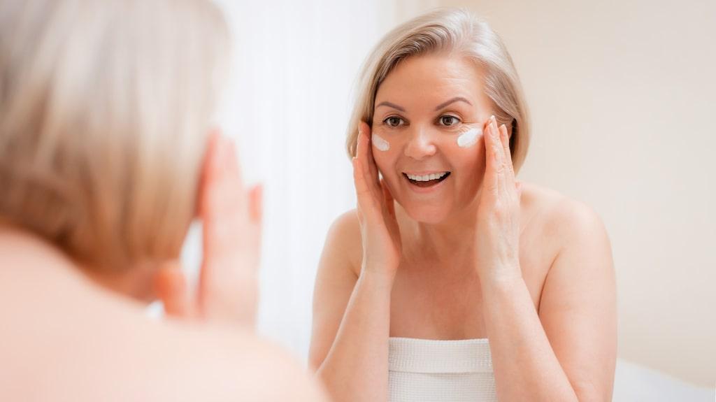 Att skrubba bort gamla hudceller hjälper också huden att lättare ta upp mjukgörande krämer.