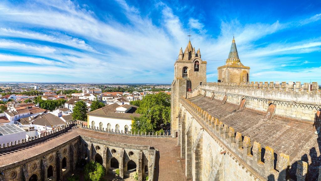 ... till mer oupptäckta platser (bland svenska turister) som Evora i Portugal.