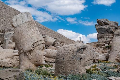 Välbevarade monument av antika gudar, förfäder och djur på Nemrut Dagi.