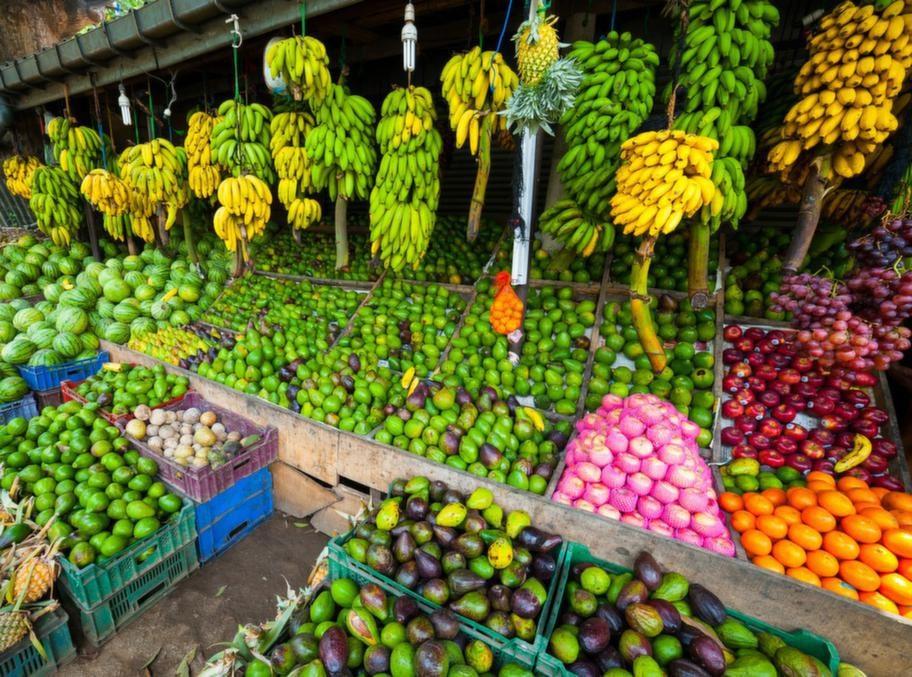 Passa på att frossa i frukt! Mango, papaya, små bananer, passionsfrukt, ananas - det är bara att välja och vraka.