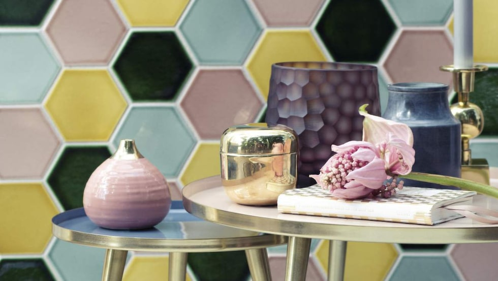 Hexagoner är trendigt som kakelmönster och hittas även på inredning. Här vaser och runda bord från Broste Copenhagen våren 2016. Stor vas med bikupemönster, 995 kronor.