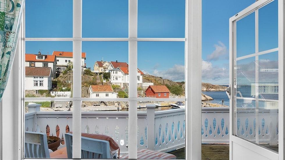 Utsikten från Lars Lerins sommarhus som nu är till salu är magnifik.