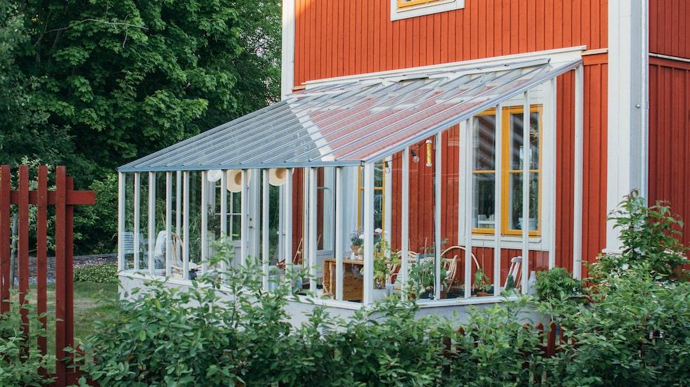 Med ett litet hus av glas, som detta från Sweden Greenhouse, kan du njuta ute långt in på hösten – kanske till och med året om.