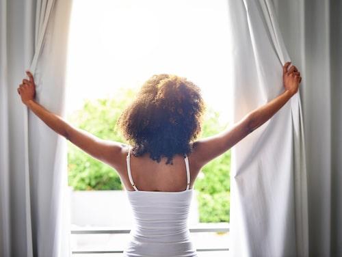 Gör inte misstaget att ha fönster öppna för att få in luft dagtid. Stäng fönster och dra för gardiner för att hålla solen ute.