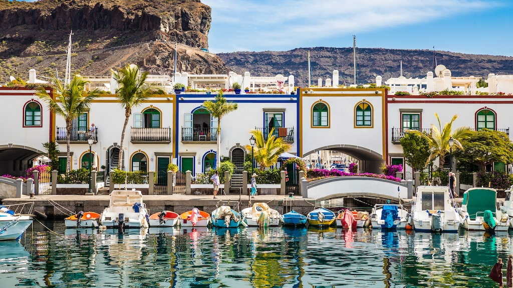 Puerto de Mogan med sina traditionella byggnader.