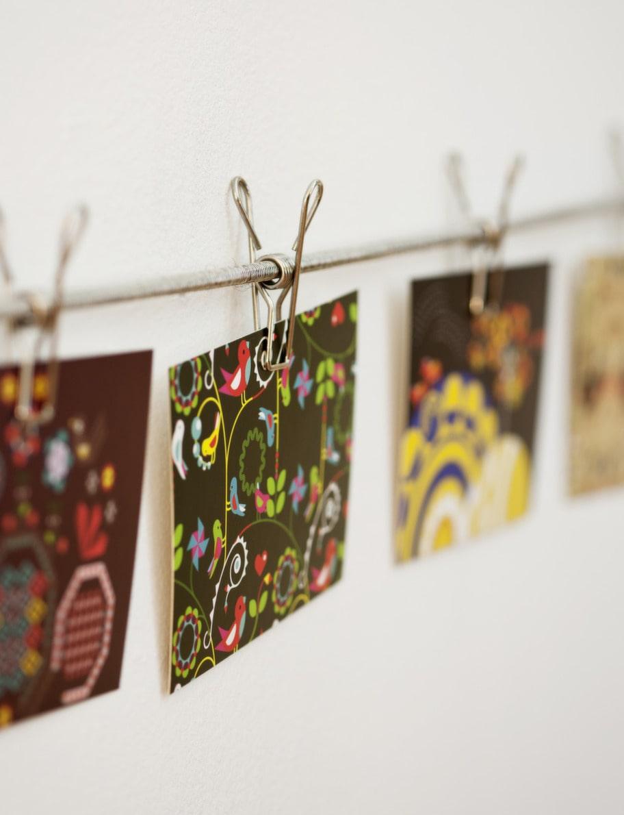 <strong>Fastklämt. </strong><br>Tillfälligt på väggen. Häng upp bilder som inspirerar i en klämma direkt på väggen. Klämma, 18 kronor, Granit.