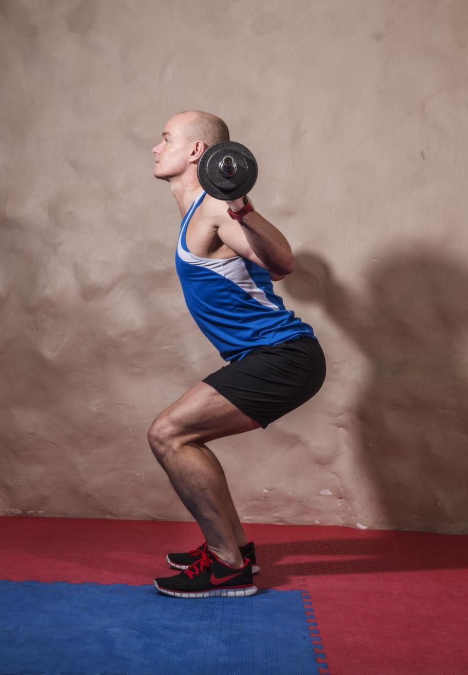 <strong>Fortsättning knäböj med skivstång</strong><br><strong>Tänk på:</strong> Ha tyngden jämnt fördelad på fötterna, var rak i ryggen, skjut  fram bröstet och titta gärna lite uppåt. Spänn mage och säte.