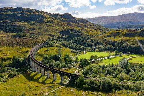 Den berömda viadukten Glenfinnan finns avbildad på skotska sedlar och har förekommit i flera brittiska filmer och tv-serier.