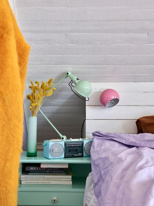 Julia fick kassettspelaren när hon fyllde fyra år. Sängbord och sänglampor från loppis. Mintgrön lampa, Artilleriet.