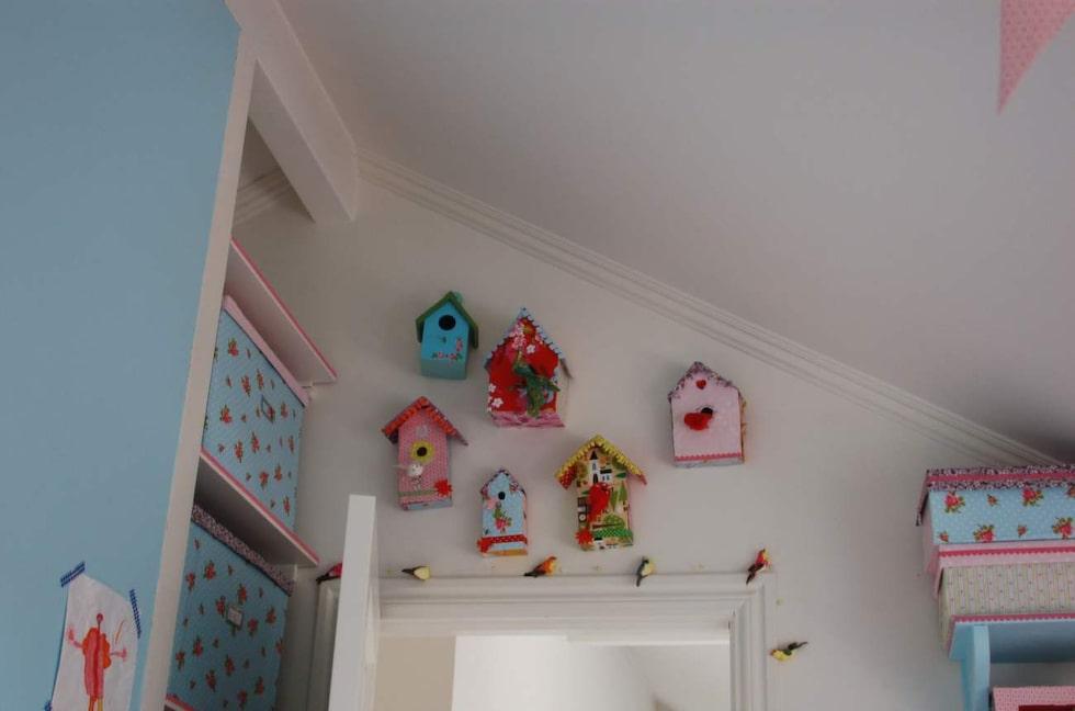 Små dekorerade pappersholkar piggar upp väggen.