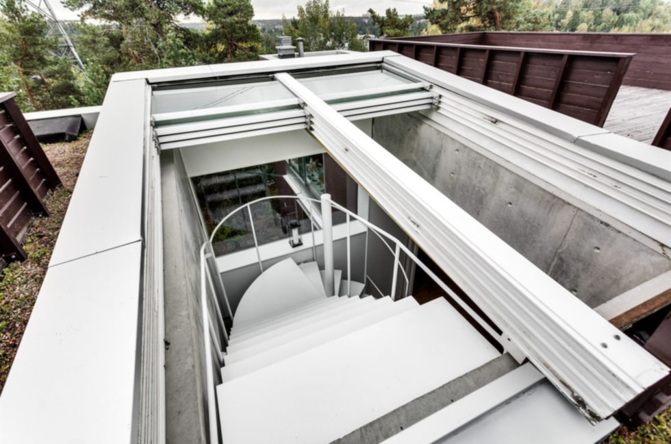 Genom ett öppningsbart takfönster tar man sig upp till...