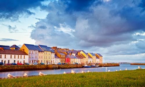 Till Galway reser man bland annat för de vackra omgivningarna, ett sagolandskap där legender och keltisk historia fortfarande frodas.