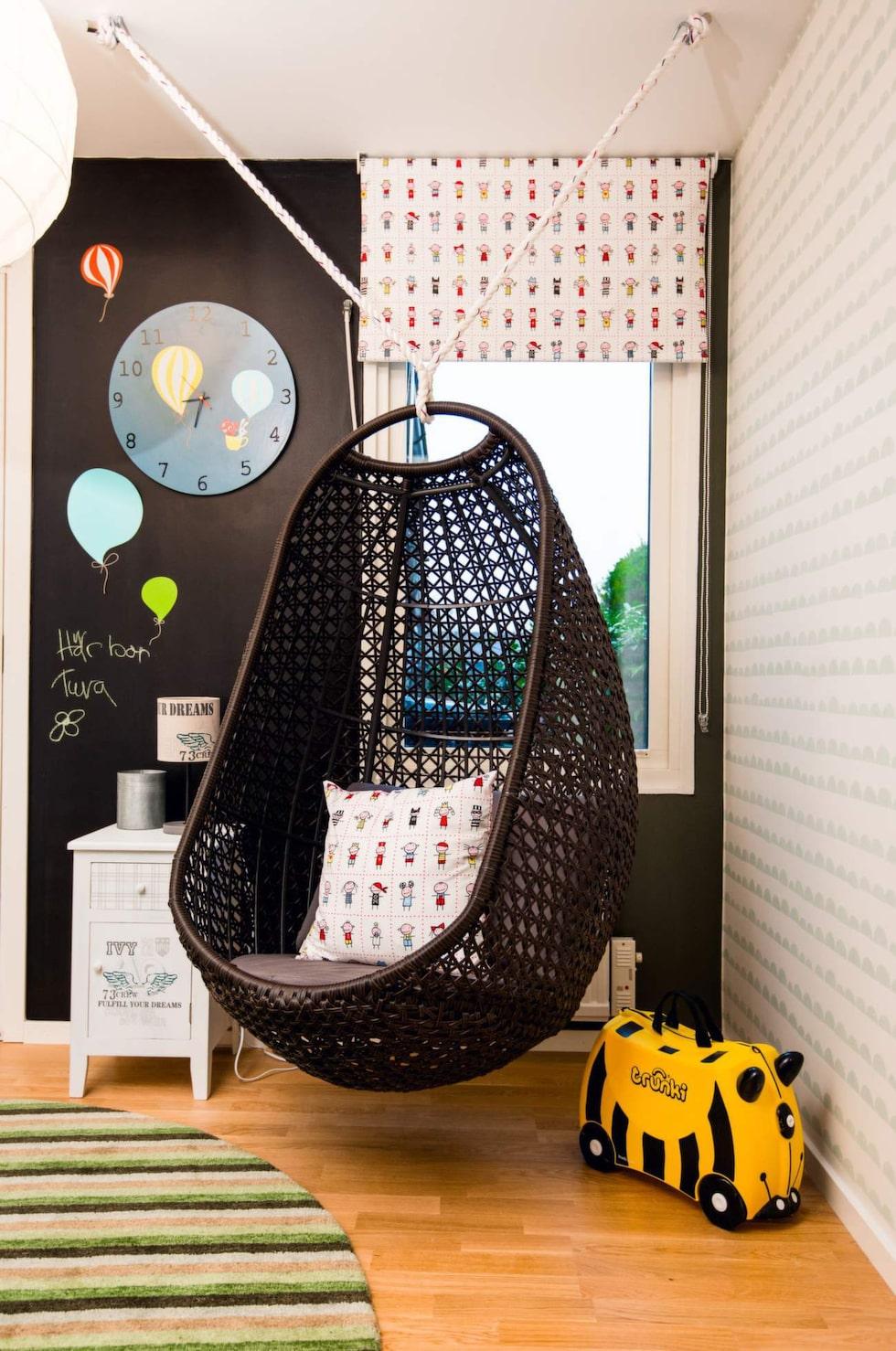 Plats för mys. Hängstol, Balkongshoppen. Rullgardin och kudde, Busungar, Färg & form. Sängbord, Kids concept. Matta, Carpetvista.