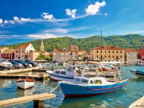 Den charmiga, lilla hamnstaden Stari Grad på ön Hvar.
