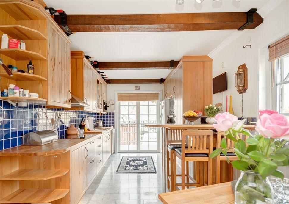 Köket har ett vackert golv av Carraramarmor, brunmålade takbjälkar samt utgång till en trevlig balkong med handsmidda gjutjärnsräcken. Balkongen har ett fantastiskt soligt västerläge.