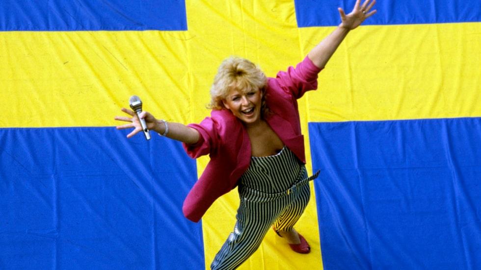 """Kikki Daneielsson vinner melodifestivalen för andra gången 1985, denna gången med låten """"Bra vibrationer"""" som är en av Kikkis mest kända låtar"""