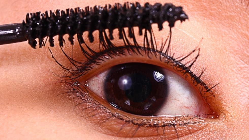 Speciellt försiktig ska man vara med produkter som man använder kring ögonen, som mascara.