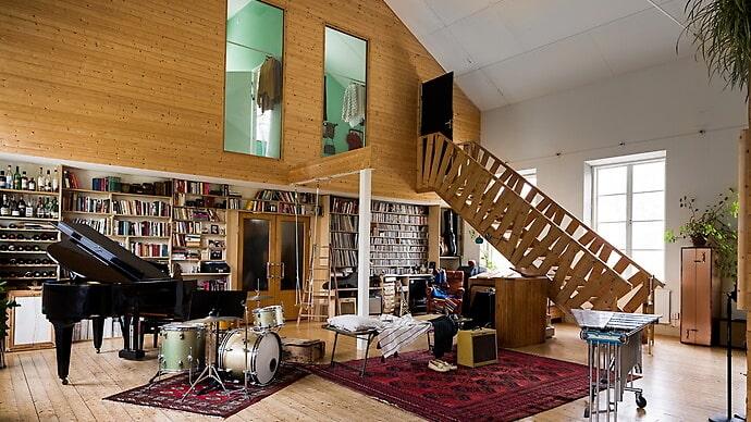 I vardagsrummet är det åtta meter upp till tak.