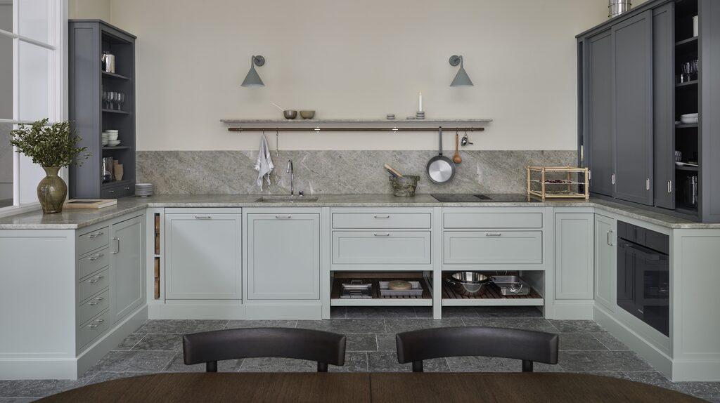 En behaglig mix av gammalt och nytt syns i Modern Classic-köket målat i kulörerna Mistral och Åska.