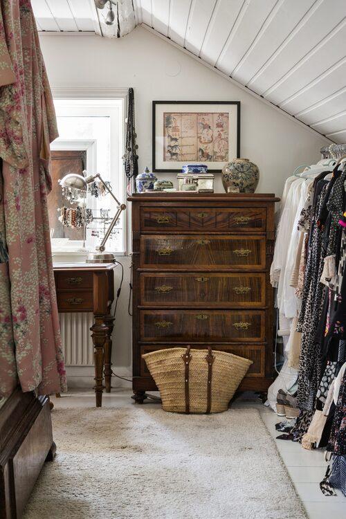 En gammal byrå, som fraktats hem från franska landsbygden på en semester, står i Marias dressing room. Tavla, inköpt i Thailand.