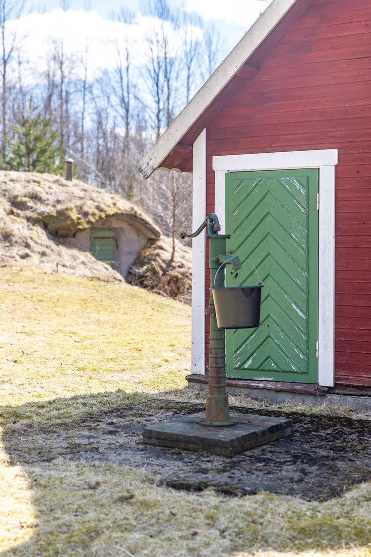 Huset saknar avlopp och vattnet får man från pumpen på gården.