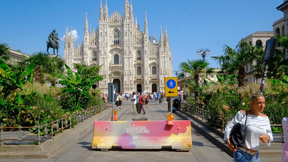 Det har satts upp betongbarriärer vid den berömda Duomo-katedralen i Milano i Italien.
